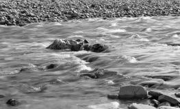 Flujo blanco y negro del río Fotos de archivo libres de regalías