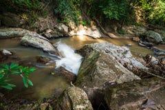Flujo de agua del top abajo al lado del río Fotografía de archivo libre de regalías