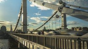 Flujo de gente y de coches en el puente de acero, lapso de tiempo almacen de video