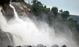 Flujo de la niebla de la cascada de la alta colina de los bosques verdes imagenes de archivo