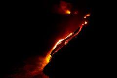 Flujo de lava en la noche Foto de archivo libre de regalías