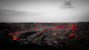 Flujo de lava rojo intenso en paisaje estéril Fotografía de archivo libre de regalías