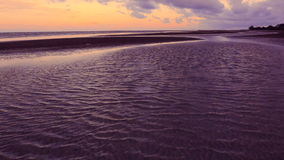 Flujo de onda móvil del mar en la playa almacen de metraje de vídeo