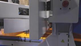 Flujo de trabajo de una máquina moderna de la carpintería Un ejemplo del trabajo de la máquina del CNC en una fábrica internacion almacen de video