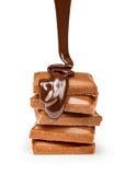 Flujo del chocolate aislado en el cierre blanco del fondo para arriba Imagenes de archivo