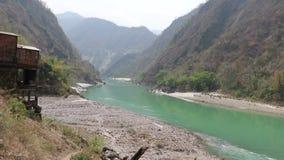 Flujo del río de Ganga en la región montañosa almacen de metraje de vídeo