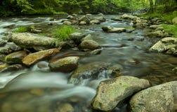 Flujo del río en TN, montañas ahumadas Imágenes de archivo libres de regalías