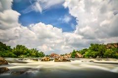Flujo hermoso con las nubes tempestuosas del cielo, agua móvil - lon del río Imagen de archivo libre de regalías