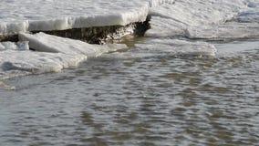 Flujo rápido de agua del derretimiento almacen de metraje de vídeo