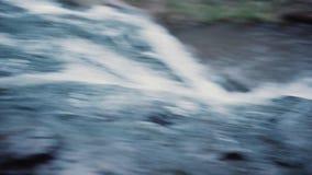 Flujo rápido de agua en el río Cierre para arriba Cámara lenta metrajes