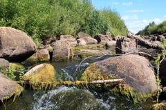 Flujo rápido del río imágenes de archivo libres de regalías