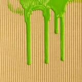 Flujo verde de la tinta a lo largo de la pared Imagen de archivo libre de regalías