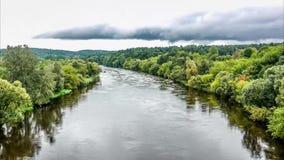 Flujo y nubes del río que pasan el timelapse almacen de video