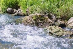 Flujos de corriente frescos de la montaña abajo de la montaña imagen de archivo libre de regalías
