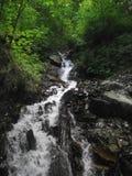 Flujos de corriente de la montaña abajo fotografía de archivo libre de regalías