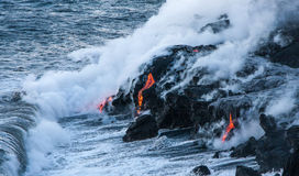 Flujos de lava calientes en el océano imagen de archivo libre de regalías
