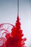 Flujos de sangre de la aguja de la jeringuilla Fotografía de archivo libre de regalías