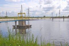 Flujos inútiles industriales del tubo después de la instalación de tratamiento Rusia Fábrica imágenes de archivo libres de regalías
