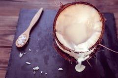 Flujos lácteos de coco del coco imagen de archivo