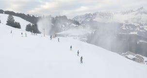 Flums, Svizzera Stazione sciistica nel legno nevoso della montagna un giorno di inverno Sci e snowboard della gente sul pendio de archivi video