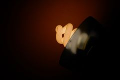 Fluorescencyjna żarówka na ciemniącego tle, obraz royalty free