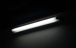 Fluorescente com fundo escuro imagem de stock