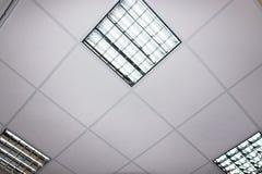Fluorescente lamp op het moderne plafond Stock Foto