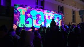 Fluorescerande ` för grafitti`-FÖRÄLSKELSE på väggen i Helsingfors arkivfilmer