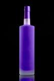 Fluorescerande purpurfärgad alkoholflaska Arkivfoton