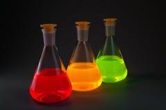 Fluoreszenz in den Flaschen diagonal stockbild