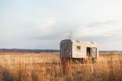 Fluorographic abandonó la cabaña en un campo Imagenes de archivo
