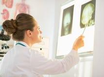 Fluorography женщины врача изолированная белизна вид сзади Стоковые Фотографии RF