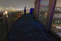 Fluoroscent golv av visningterrassen av Umeda himmelbyggnad Arkivfoto