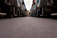 Flur und Sitze innerhalb des Flugzeuges Stockfotos