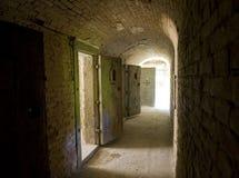 Flur zu den Lokalisierungszellen in einem verlassenen Gefängnis Stockfotos