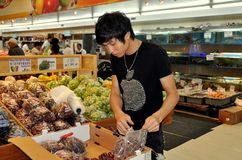 Flushing, NY:Youth Sorting Grapes at Supermarket Royalty Free Stock Photography