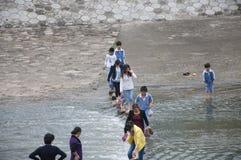 Flussüberquerung lizenzfreie stockfotos