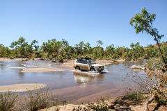 Flussüberquerung mit einem 4WD Stockbild