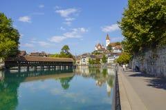 Fluss Aare und die alte Stadt von Thun Lizenzfreie Stockfotos