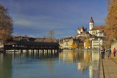 Fluss Aare und die alte Stadt von Thun switzerland Lizenzfreie Stockbilder