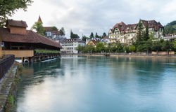 Fluss Aare und Holzbrücke Stockfotografie