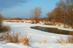 Fluss abgedeckt mit Schnee Stockbilder