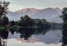 Fluss Adda in Nord-Italien, nah an See Como bei Sonnenuntergang - Wand-Aufhängerart der schönen Kunst lizenzfreie stockfotos