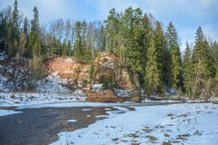 Fluss Amata am Winter, Bäume, Wasser, Klippen Natur, Wasser, riv Lizenzfreie Stockbilder