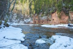 Fluss Amata am Winter, Bäume, Wasser, Klippen Natur, Wasser, riv Stockfoto