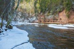 Fluss Amata am Winter, Bäume, Wasser, Klippen Natur, Wasser, riv Stockbilder