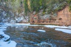Fluss Amata am Winter, Bäume, Wasser, Klippen Natur, Wasser, riv Lizenzfreies Stockbild