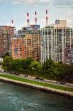 Fluss-Ansicht-Wohnungen Stockbild