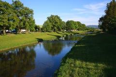 Fluss auf blauem Himmel lizenzfreie stockfotos