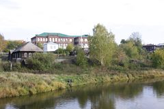 Fluss, auf deren anderen Seite Häuser im Grün sind lizenzfreies stockfoto